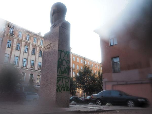 «Тут все пьют. Это жаль». В Петербурге вандалы обличили, расписав памятник Маяковскому