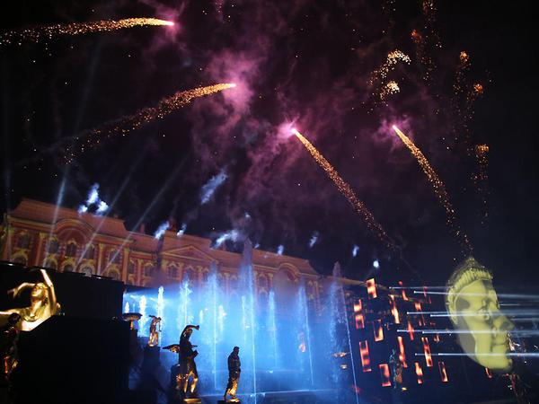 «Дидро жив», Екатерине II – лайк. Петергофское шоу фонтанов провело урок истории для тинейджеров