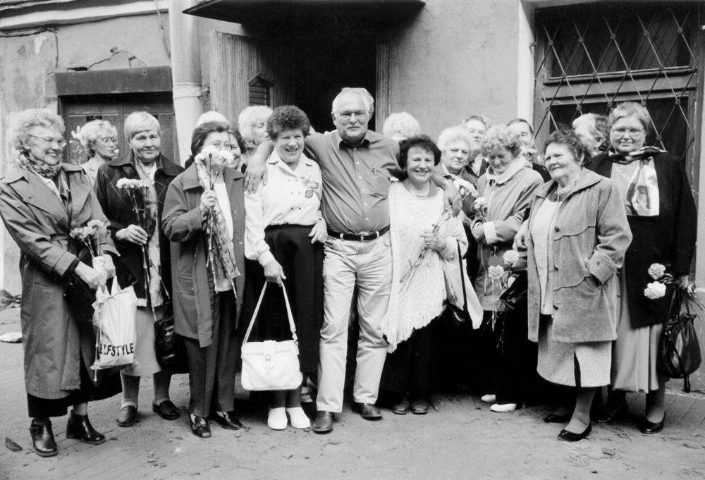 На снимке – Холгер Брюкель, встреча с блокадницами в СПБ, 2003 г. (фото — Н. Багрова)