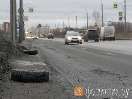 «Две недели назад вообще машин сорок пострадало». Как в Петербурге дорожная яма поставляет клиентов шиномонтажке