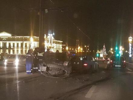 На Троицком мосту разбился автомобиль. Очевидцы сообщают о нетрезвом водителе и пострадавших
