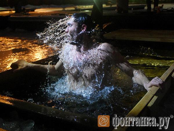 Нева - не Иордан, но старается. Особенности Крещения в Петербурге без льда