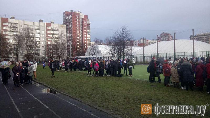 Это эвакуация из школы №16. Здесь все прошло организованно и спокойно, детям разрешили одеться