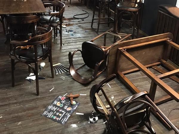 «Столы поломал в щепки». Любитель отдыха на Бали не вынес зимы в Петербурге и заявился в бар с мечом