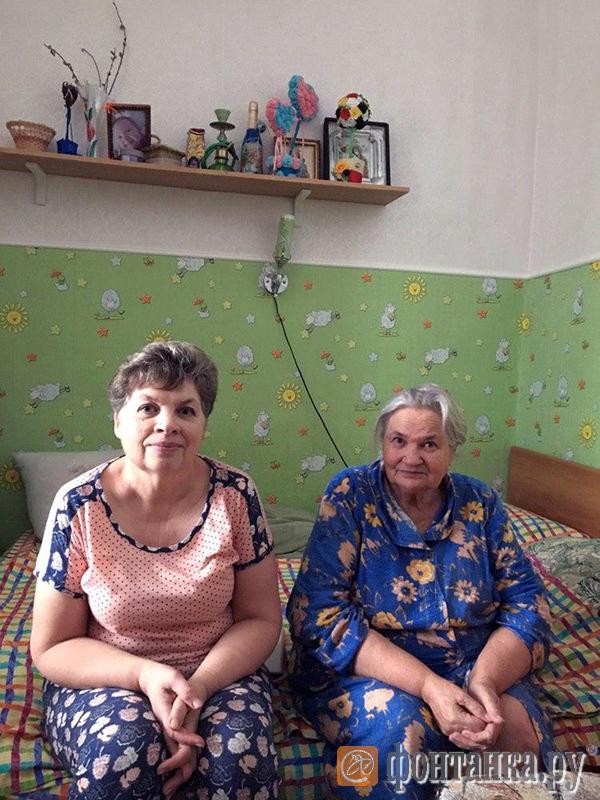 Ольга Трощенко и ее мать Раиса Павловна в квартире на втором этаже Урюпинского деревянного вокзала
