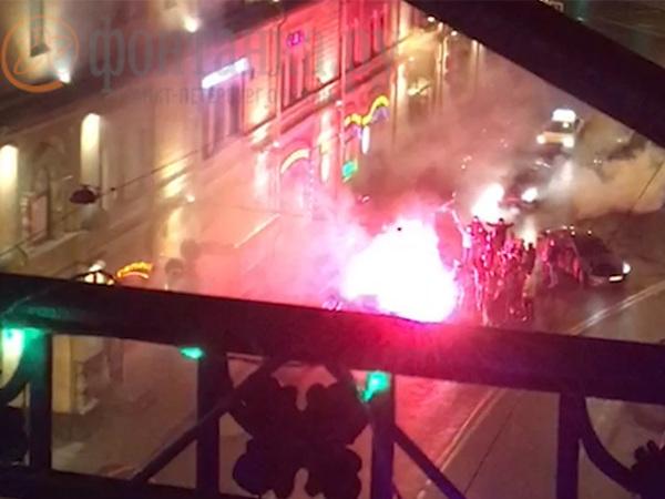 В центре Петербурга автомобилистов потеснило огненное шоу во славу Гитлера