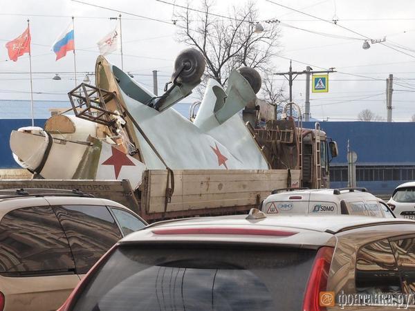 Декорацию к «русскому Дюнкерку» провезли по Петроградской. Горожане снимали необычный груз на камеру