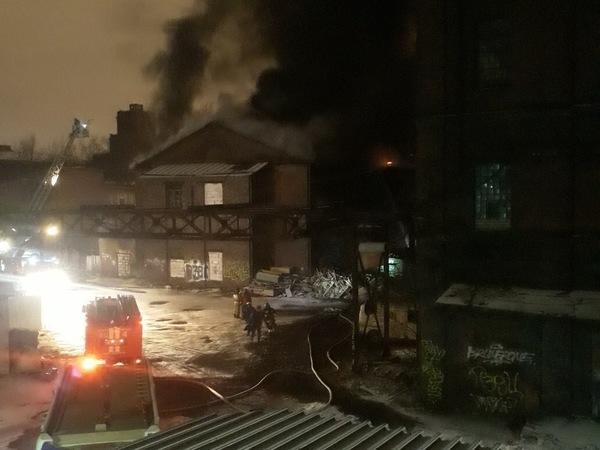 В «Красном треугольнике» всю ночь тушили пожар по повышенному номеру. С территории производства спасались рабочие