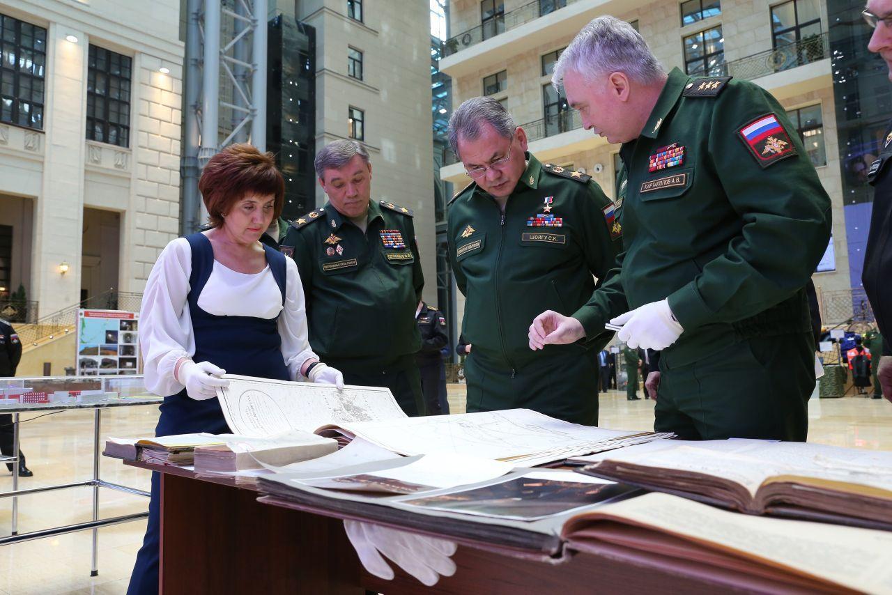 На фото: Ирина Кузнецова, министр Шойгу, нач. Генштаба Герасимов, бывший командующий ЗВО Картаполов (сейчас замминистра)