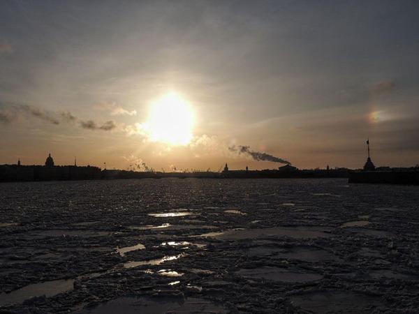 На Неве — лед, над Невой — гало. «Фонтанка» показывает настоящую солнечную зиму в Петербурге